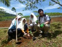 モハマド・アリ宗教中学校での植林の様子