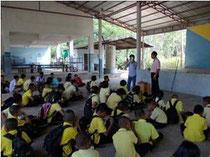 ゲンタワンの栽培について説明を受ける子どもたち