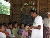 子どもたちに木の植え方を教えるバン・リアン・チェウ