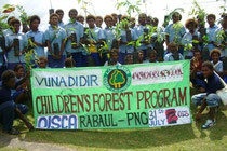 初めての植林活動。地域からお母さんたちも応援のため参加しました
