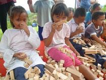 積み木の香りを楽しむ子どもたち
