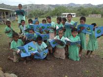 ワークシートを見ながら植林の方法を復習する子どもたち