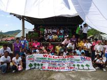横断幕にはキャンプのテーマ「持続可能な世界に向けた連携の強化」の文字