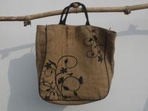 デザインも素敵なジュートのバッグ。