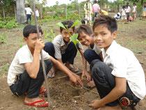 いろいろな種類の木を植えて、どの様に 育つかを楽しみながら水やりをしています