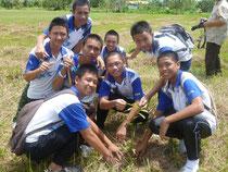 ビンゴー中学校での植林の様子