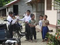 A chaque arret, mous sommes entoures de nombreux enfants!