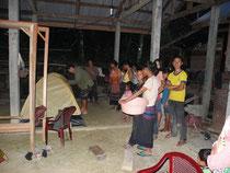 Plantage de tente dans le village