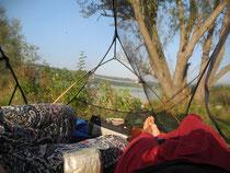 Bivouac au bord du lac Saedinenie