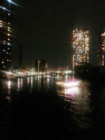 夜景と隅田川に浮かぶ屋形船