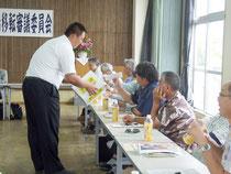 無記名投票を行う竹富町役場移転審議委員会=18日午後、市商工会館ホール