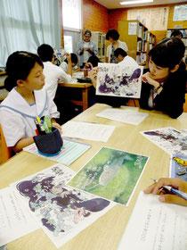 江戸時代の瓦版を題材に、指導する琉球大学生