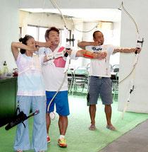八重山アーチェリー協会による体験教室が初めて開催された=6日午後、大川