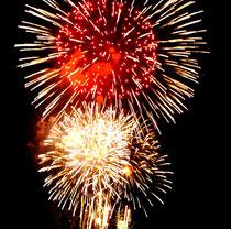 石垣島まつりのフィナーレで夜空を彩った花火=4日夜、真栄里公園から撮影