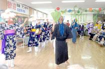 三線や太鼓、奇声が響かせながら、入所者らを魅了したアンガマ=介護老人保健施設聖紫花の杜
