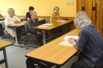 「参遣状抜書」をテキストに開校した耳学問の会。黒島さんを講師に古文書理解を深める=石垣市市立図書館、浜崎。