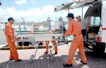 新型肺炎などの患者搬送訓練で使用されたアイソレーター(2006年8月24日)