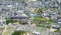 石垣市の街並み。新空港開港効果で景気拡大が続いている(7月27日、ヘリから撮影)