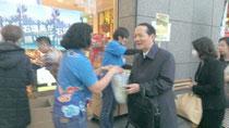 新空港の開港に合わせて3月7日、銀座わしたショップで、石垣島野菜工場のサニーレタスなどが買い物客に配布された(仲間商店提供)