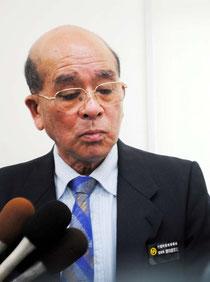 「無償は当然。非常に残念」と語る慶田盛教育長=22日午後、石垣港離島ターミナル会議室