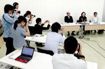 八重山採択協議会からの離脱を表明する竹富町教育委員会の記者会見と、周囲を取り巻く記者たち(11日)