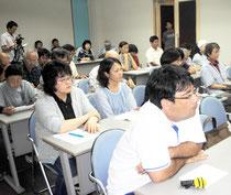 井口弁護士の報告に聞き入る集会参加者