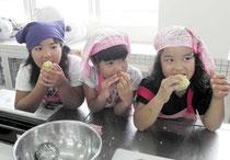 ピーマンのパウンドケーキをほお張る児童