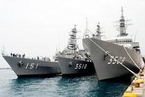 石垣港に寄港した海上自衛隊の練習艦隊「かしま」「せとゆき」「あさぎり」(右から)(31日午前)