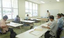 竹富町長選の立候補予定者説明会が開かれた=13日午前、離島ターミナル