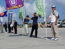 自衛隊のミサイル艇入港を歓迎する市民