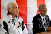 ロッテのジャンパーを着て崎枝氏擁立の記者会見に臨む大浜氏=7日午後、後援会事務所