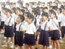 終業式で教諭らのダンスに笑う児童たち=19日午前、登野城小学校