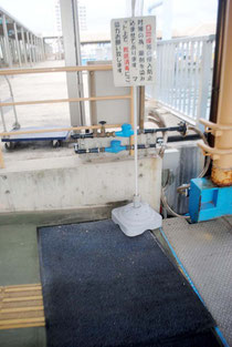 石垣港離島ターミナルに設置された靴底消毒マット。ほぼ乾燥した状態になっている(31日午後)。