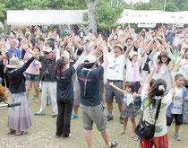 1000人が来場した鳩間島音楽祭。最後は観客も一緒に踊り、会場が一体となった=3日午後、鳩間島