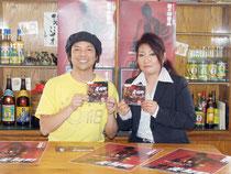 CD「戸惑いの美崎町」をリリース。左から伊良皆社長と佐久川さん=27日午前、新川