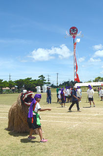 旗頭や獅子舞も登場したエイサーに、大きな拍手が贈られた=伊原間中学校。
