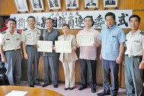 中山市長と上尾本部長から3人が自衛官募集相談員に委嘱された=26日午前、市役所