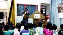 昨年11月に小浜島で行われた移動図書館での読み聞かせの様子(竹富町教育委員会提供)