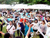 会場が一体となり、盛り上がった鳩間島音楽祭=3日、鳩間島コミュニティセンター前広場