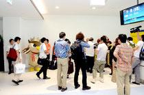 報道カメラの放列の前を那覇行初便に乗り込む乗客=新石垣空港ターミナル搭乗ゲート