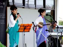 ミニライブで歌を披露する姉妹ユニット「いーりす」=4日午後、みんさー工芸館