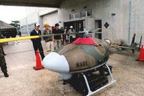 展示された自衛隊の無人偵察機=28日午前、屋内練習場入口