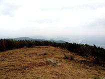 伐採された山頂部分。倒されたのは大半がリュキュウチク。回復までに「数年かかるのでは」(市教委)という=於茂登岳(市教委提供)