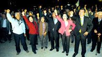 後援会共同代表らを先頭に、大浜氏の必勝を期しガンバロー三唱する支持者=12日午後、後援会事務所広場