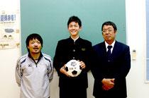 ガンバ大阪のユースチーム入りを喜ぶ(左から)安慶田監督、川島君、仲田森和校長=石垣中学校