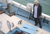 「集団漁業活動」で釣り上げられた魚=10日