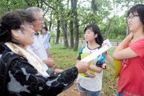 入校式で、地元関係者と交流するモニターツアーの参加者(右の2人)=22日午後、石垣島観光