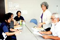 市の預かり保育拡大を受けて対応を協議する市学童保育連絡協議会の小底会長(右から2番目)ら=10日午後、大浜信泉記念館