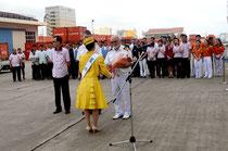ミス八重山の玉城さんがストー船長に花束を手渡し、今年の初寄港を歓迎した=石垣港F岸壁