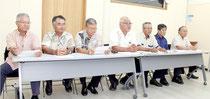 川満栄長町長の会見に対して、抗議した「竹富町未来を考える末広会」の議員7人=2日午後、町役場